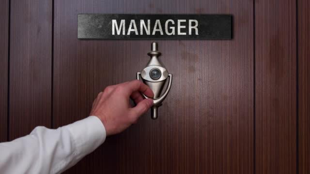 vídeos de stock e filmes b-roll de man knocking on manager door - door knock