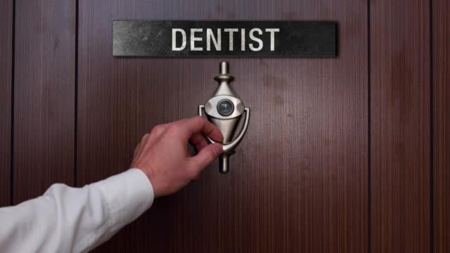 Hombre llamando a la puerta del dentista - vídeo