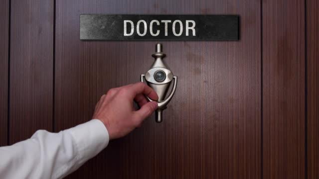 vídeos de stock e filmes b-roll de man knocking on the doctor door - door knock