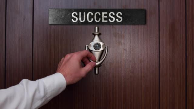 vídeos de stock e filmes b-roll de man knocking on the success door - door knock