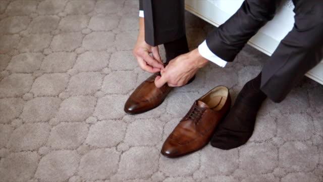 человек шнуровки обувь - носок стоковые видео и кадры b-roll