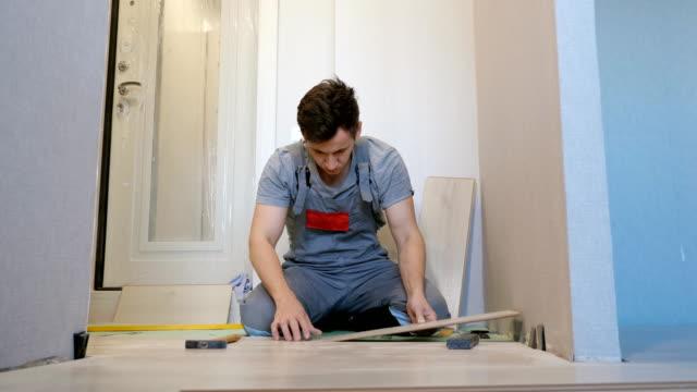 man skikta golv trä plankor - construction workwear floor bildbanksvideor och videomaterial från bakom kulisserna