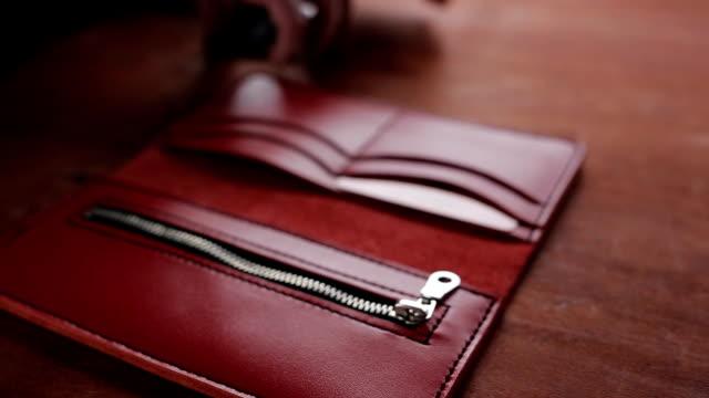 一個男人放信用卡口袋紅色錢包 - 銀包 個影片檔及 b 捲影像