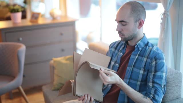 pad leafing adam - gif stok videoları ve detay görüntü çekimi