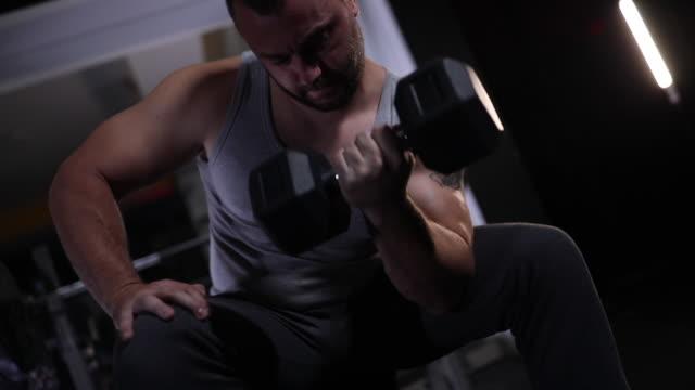 Mann, der schwere Gewichte in der Turnhalle hebt – Video