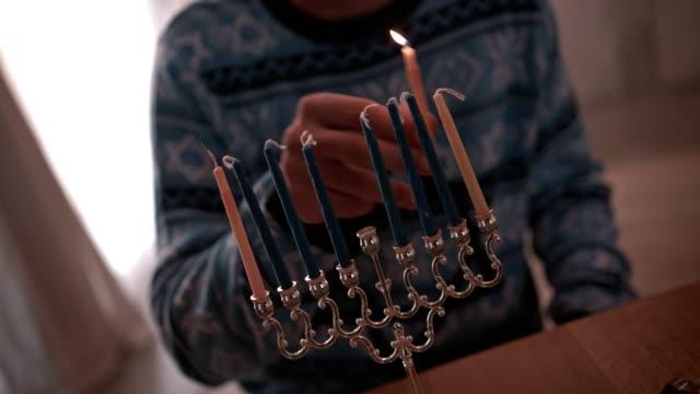 祝ってハヌカ本枝の燭台の男照明キャンドル - ハヌカー祭点の映像素材/bロール