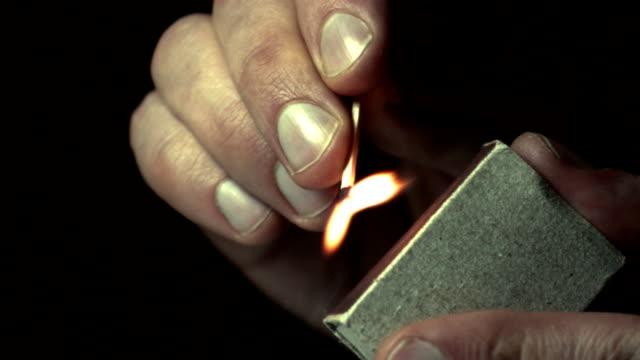 uomo luci una partita a rallentatore - incendio doloso video stock e b–roll