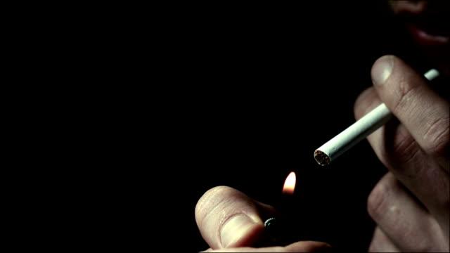 uomo luci accendino a rallentatore - sigaretta video stock e b–roll