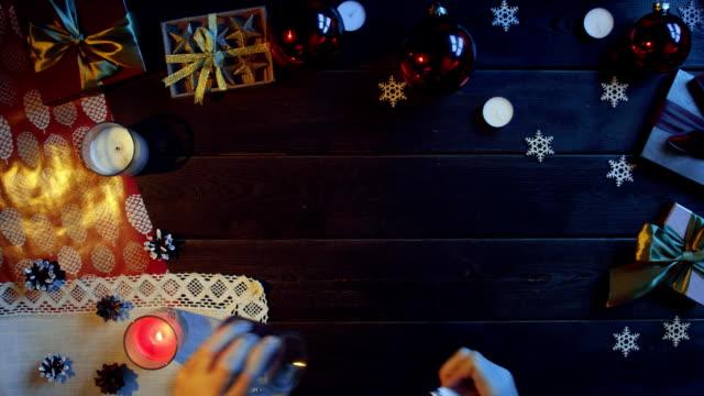 男は装飾休日デスク、ショットをトップダウンで新年のろうそくを点灯します。 ビデオ