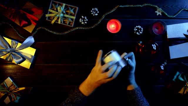 男は休日テーブル、ショットをトップに新年のろうそくを点灯します。 ビデオ