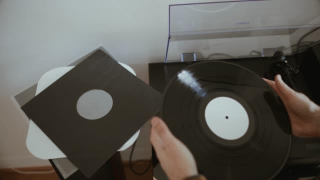 Man hört Vinyl-Schallplatten mit einem Plattenspieler – Video
