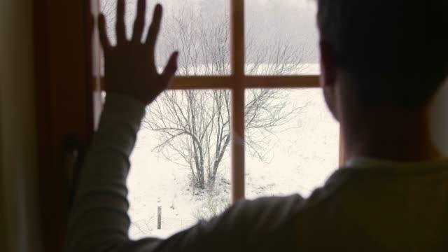 人看窗外在下雪的冬天圍場, 超慢運動 - 看窗外 個影片檔及 b 捲影像