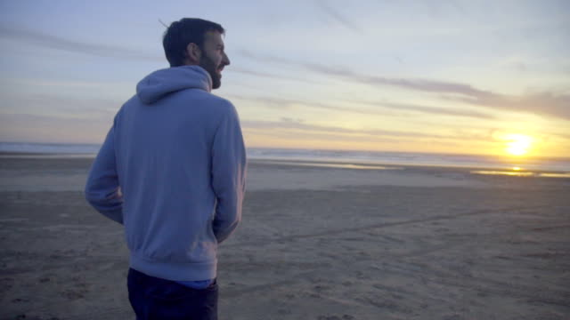 Man looks around at the beach video