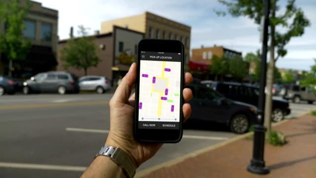L'homme ressemble à partage des modèles de trafic sur Smartphone dans la petite ville de trajet - Vidéo