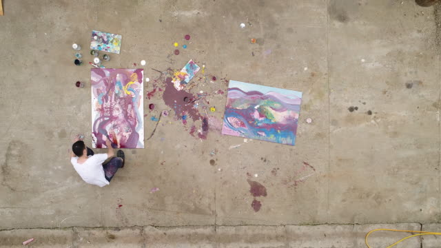 vídeos y material grabado en eventos de stock de hombre que hace al aire libre arte - imagen pintada