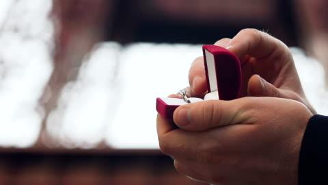 uomo che fa proposta alla sua ragazza con fede nuziale con pietra, fidanzamento - fidanzato video stock e b–roll