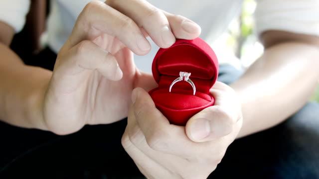 uomo fare una proposta di matrimonio con anello apribile. - fidanzati video stock e b–roll