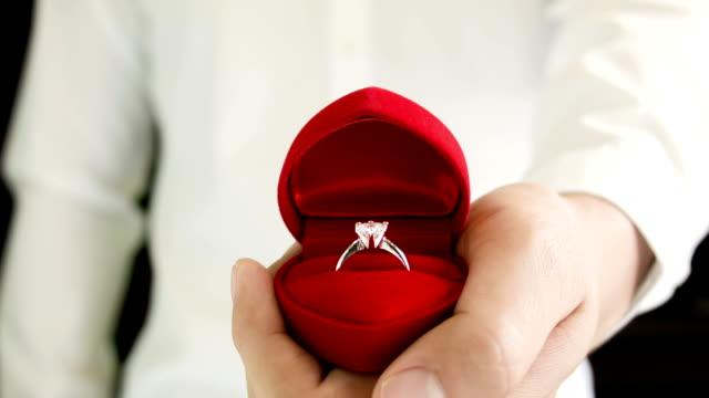 vídeos y material grabado en eventos de stock de hombre haciendo propuesta con anillo de bodas. - prometido