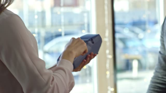 mężczyzna dokonując zakupu za pomocą karty kredytowej - credit card filmów i materiałów b-roll