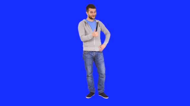 mann macht im einladenden handzeichen - ganzkörperansicht stock-videos und b-roll-filmmaterial