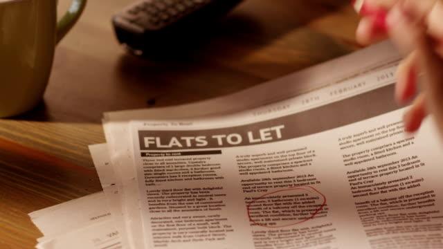 man マーキング広告のフラットで新聞 - クラシファイド広告点の映像素材/bロール