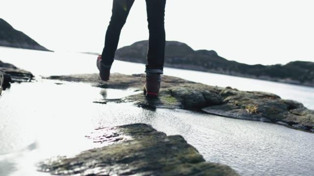 Mensch-Berg Wandern am Meer in Norwegen – Video