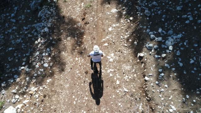 stockvideo's en b-roll-footage met man mountainbiker rijdt op een fiets van de sport op een bospad. - wedstrijdsport