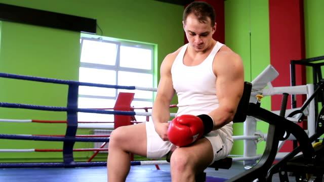 un uomo vicino al ring da pugilato - guanto indumento sportivo protettivo video stock e b–roll