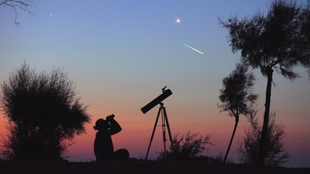 밤하늘을 관찰 하는 남자 - 유성 스톡 비디오 및 b-롤 화면
