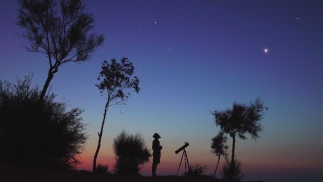 a man observing the night sky - venus filmów i materiałów b-roll