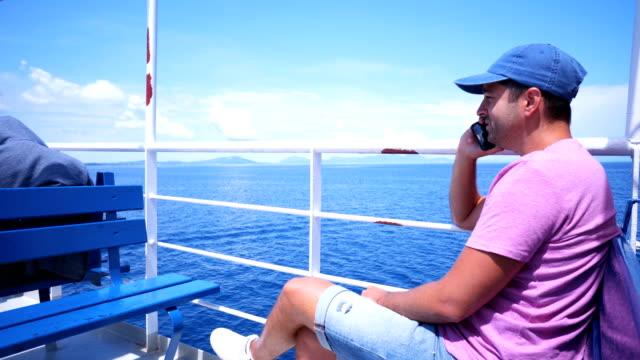 Mann auf dem Bootsdeck eines am Telefon sprechen – Video