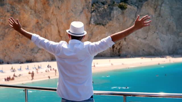 vídeos de stock, filmes e b-roll de homem num convés de barco - férias na praia