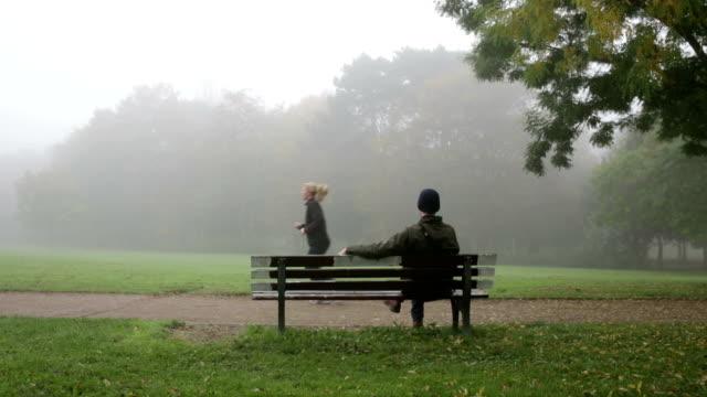 man on bench in park - sitta bildbanksvideor och videomaterial från bakom kulisserna