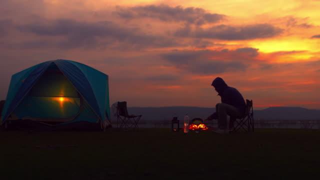 キャンプファイヤーの男 - キャンプ点の映像素材/bロール