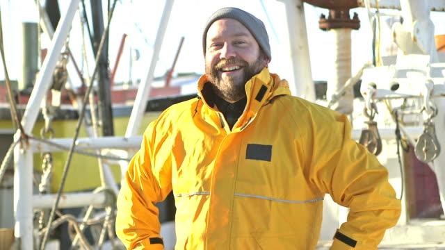man on deck of commercial fishing boat - rybak filmów i materiałów b-roll