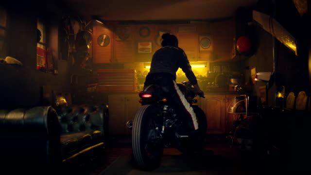 mann auf dem motorrad in seiner werkstatt - werkstatt stock-videos und b-roll-filmmaterial