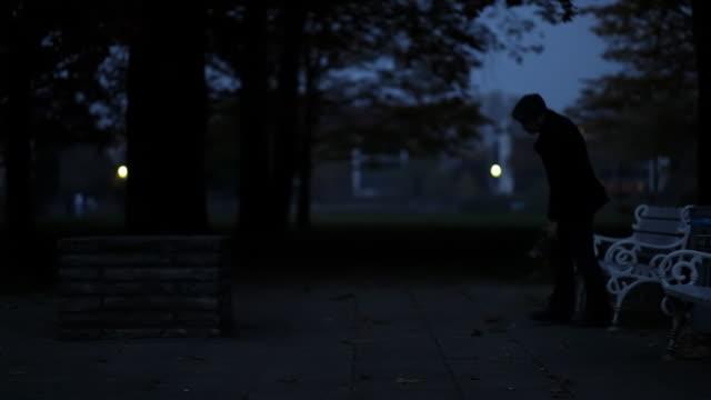 Homem no banco de parque, uma curta distância, decepcionado - vídeo
