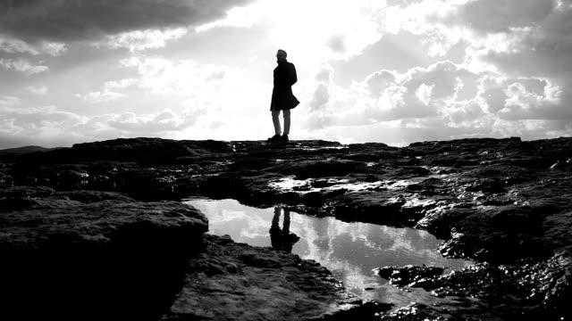 vidéos et rushes de homme sur la roche à l'automne - lac reflection lake