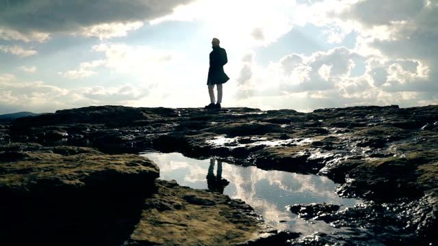 秋の岩の上の男 - カッコいい点の映像素材/bロール