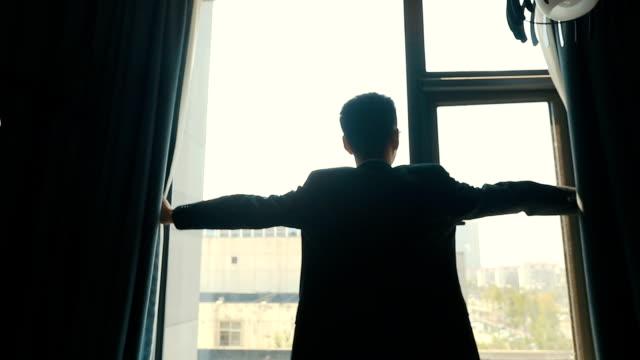 stockvideo's en b-roll-footage met man open gordijnen - photography curtains