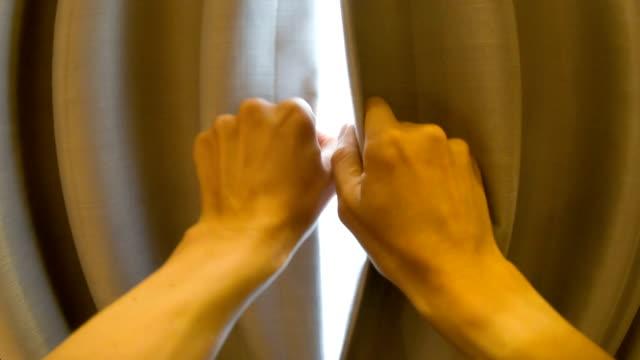 男性のカーテンオープニング - 主観視点点の映像素材/bロール