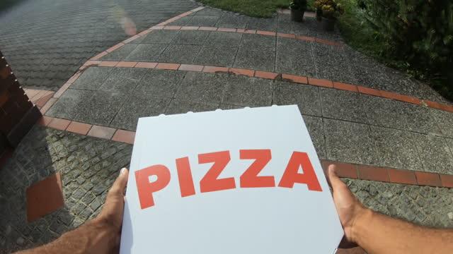 pov man kapıyı açıyor ve verandada solbırakılan pizzayı alıyor. - sahanlık stok videoları ve detay görüntü çekimi