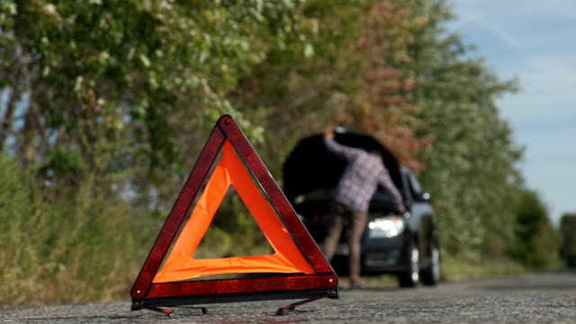 vídeos de stock e filmes b-roll de man opens car hood. on the road a car broke down - berma da estrada