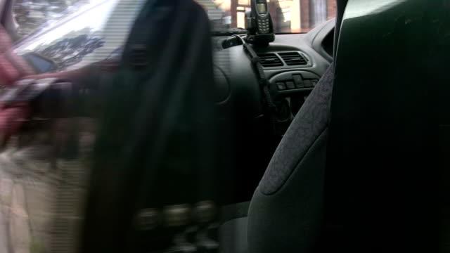 uomo apre e chiude la portiera passeggero automobile verde, - sportello d'auto video stock e b–roll