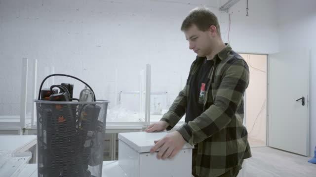 vidéos et rushes de caisse d'emballage homme - vidéos de rallonge électrique