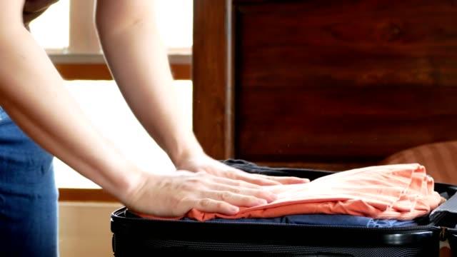 stockvideo's en b-roll-footage met man bagage van de reis met kleren voor reizen reis verpakking - ingepakt