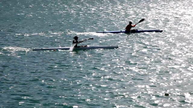 man padlling でカヌー - 戦い点の映像素材/bロール
