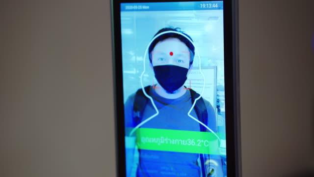 vidéos et rushes de caméra thermique de passage d'homme pour numériser la température de corps - température