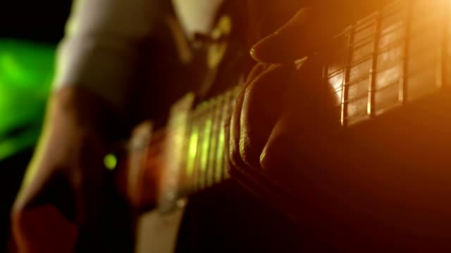 man utför en gitarr melodi, närbild - akustisk gitarr bildbanksvideor och videomaterial från bakom kulisserna