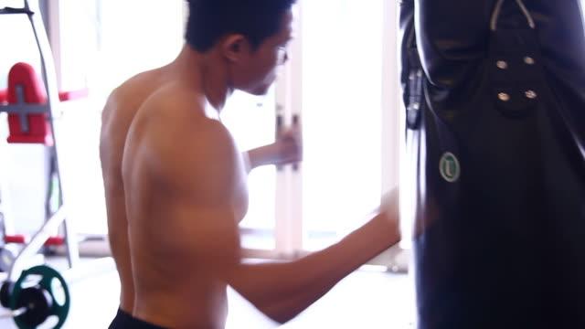 男性運動ボクシングを実施 - 人の筋肉点の映像素材/bロール